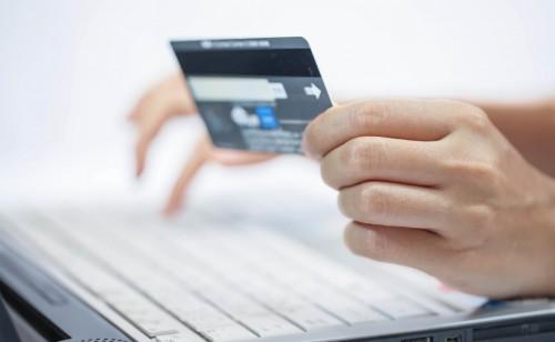 Płacenie za zakupy internetowe kartą kredytową na komputerze