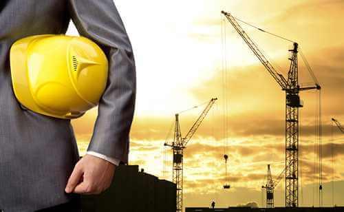 Żurawia z robotnikiem w żółtym kasku w ręce