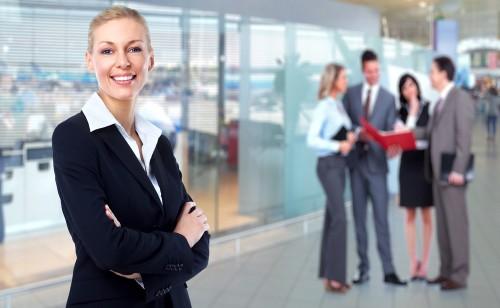 Młoda kobieta w czarnym garniturze w biurze Polaccount