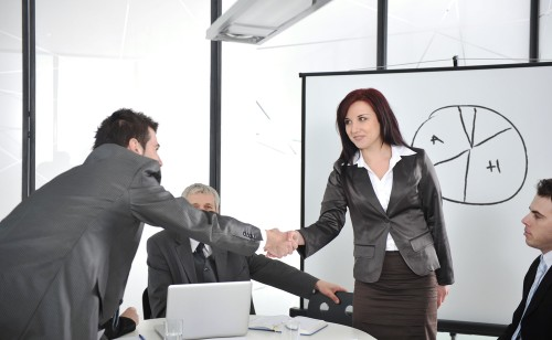 Podanie ręki po zakończeniu podpisywania kontraktu w biurze księgowym Polaacount