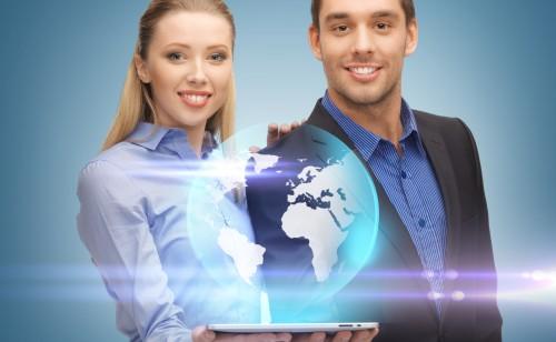 Młodzi ludzie trzymający komputer w ręce z kulą ziemską