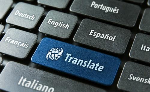 Czarna klawiatura z językami świata z niebieskim przyciskiem przetłumacz