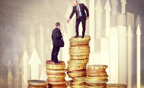 Mężczyzna na górze monet podając dłoń swojemu koledze